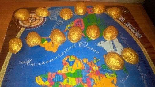 Под ёлку мы сделали орешки с предсказаниями. Для этого нужно взять скорлупу грецкого ореха и покрасить её золотой гуашью.