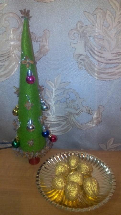 Мастер-класс для старших дошкольников на Новый год  «Ёлочка с золотыми орешками»
